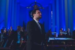 Dyrygent - Łukasz Borowicz - w pozycji stojącej przed rozpoczęciem koncertu