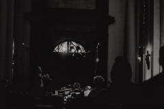 Czarno-białe zdjęcie grającej orkiestry