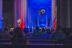 Widok z tyłu Archikatedry, widoczna publiczność oraz kolorowe oświetlenie ołtarza