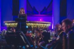 Stojąca na podwyższeniu solistka - Iwona Socha