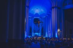 Wnętrze Archikatedry oświetlone na niebiesko