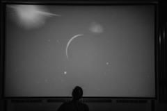 Czarno-białe zdjęcie.  Grafika przedstawiająca planety