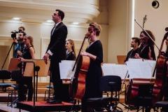 Orkiestra i Dyrygent stojący przodem do widowni