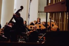 Solistka Bożena Bujnicka widoczna zza orkiestry