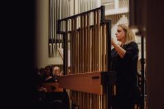 Perkusistka przy dzwonach rurowych