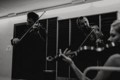 Czarno-białe zdjęcie - skrzypkowie za kulisami