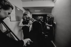 Czarno-białe zdjęcie - muzycy za kulisami