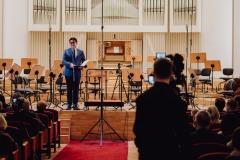 Na scenie zapowiadający koncert Dyrektor Filharmonii  Śląskiej