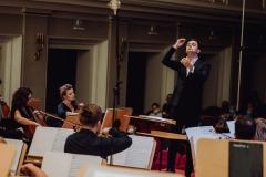 Dyrygent (Maciej Tomasiewicz) widoczny z perspektywy orkiestry