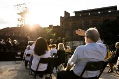 Publiczność zgromadzona na koncercie, na dalszym planie wieża wyciągowa szybu kopalnianego