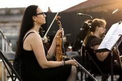 Sekcja skrzypiec przed koncertem