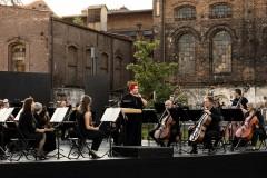 Scena, na niej Orkiestra i Regina Gowarzewska zapowiadająca koncert