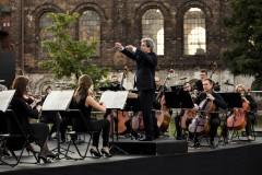 Orkiestra i dyrygent na scenie