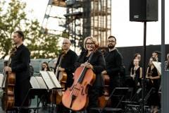 Orkiestra i dyrygent podczas oklasków, stojący przodem do widowni