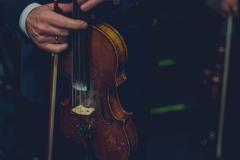 Skrzypce w dłoniach muzyka