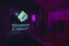 Logo Filharmonii Śląskiej wyświetlone na ekranie mgłowym