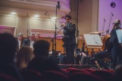 Dyrektora Adam Wesołowski, zapowiadający koncert, na scenie orkiestra
