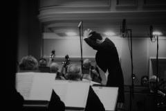 Czarno-białe zdjęcie. Dyrygent Yaroslav Shemet, Orkiestra Symfoniczna Filharmonii Śląskiej