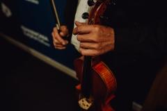 Skrzypce w rękach dyrygenta