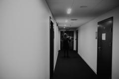 Czarno-białe zdjęcie. Skrzypaczka za kulisami