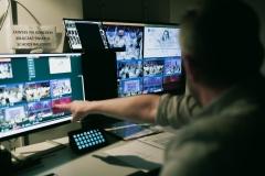 Kulisy - pokój reżyserski, widoczny podgląd z kamer na monitorach
