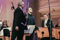 Muzycy zwróceni w kierunku widowni (pustej)