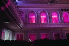 Pusta widownia sali koncertowej, podcienie oświetlone w kolorze magenta