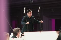 Maciej Tomasiewicz za pulpitem dyrygenckim