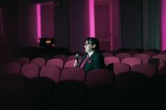 Dyrektor Adam Wesołowski, zapowiadający koncert z widowni (pustej)