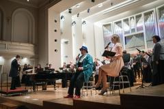 Chór Filharmonii Śląskiej i Jarosław Wolanin na estradzie, razem z nimi prowadzący koncert Barbara Badura i Adam Żaak