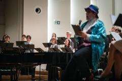 Chór Filharmonii Śląskiej i Jarosław Wolanin na estradzie, razem z nimi prowadzący koncert  Adam Żaak