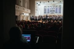 Chór Filharmonii Śląskiej i Jarosław Wolanin na estradzie, widoczni ze stanowiska akustyka