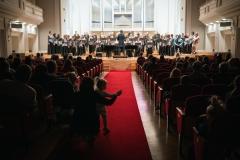 Chór Filharmonii Śląskiej i Jarosław Wolanin na estradzie, widoczni z perspektywy widowni
