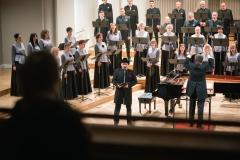 Chór Filharmonii Śląskiej i Jarosław Wolanin na estradzie, solista