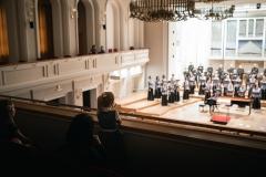 Chór Filharmonii Śląskiej i Jarosław Wolanin na estradzie, solista - widoczni z balkonu