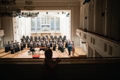 Chór Filharmonii Śląskiej i Jarosław Wolanin na estradzie, widoczni z balkonu