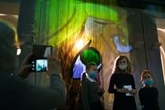Dzieci przy ekranie mgłowym, na którym wyświetlane są postaci z bajek