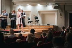 Na estradzie: Chór Filharmonii Śląskiej oraz prowadząca koncert Barbara Badura