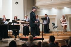 Na estradzie: Chór Filharmonii Śląskiej , dyrygent Jarosław Wolanin oraz prowadząca koncert Barbara Badura