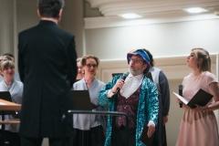 Na estradzie: Chór Filharmonii Śląskiej , dyrygent Jarosław Wolanin oraz prowadzący koncert Barbara Badura i Adam Żaak