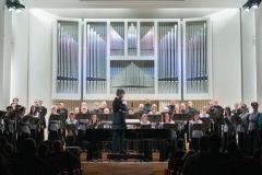 Chór Filharmonii Śląskiej i Jarosław Wolanin na estradzie
