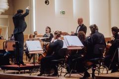 Orkiestra, dyrygent i soliści na scenie