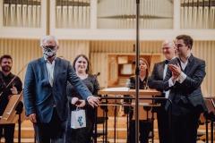 Eugeniusz Knapik, soliści, dyrygent i orkiestra podczas oklasków