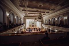 Sala koncertowa widoczna z balkonu, na balkonach bocznych rozstawiony Chór Filharmonii Śląskiej