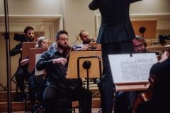Orkiestra i dyrygent w czasie koncertu