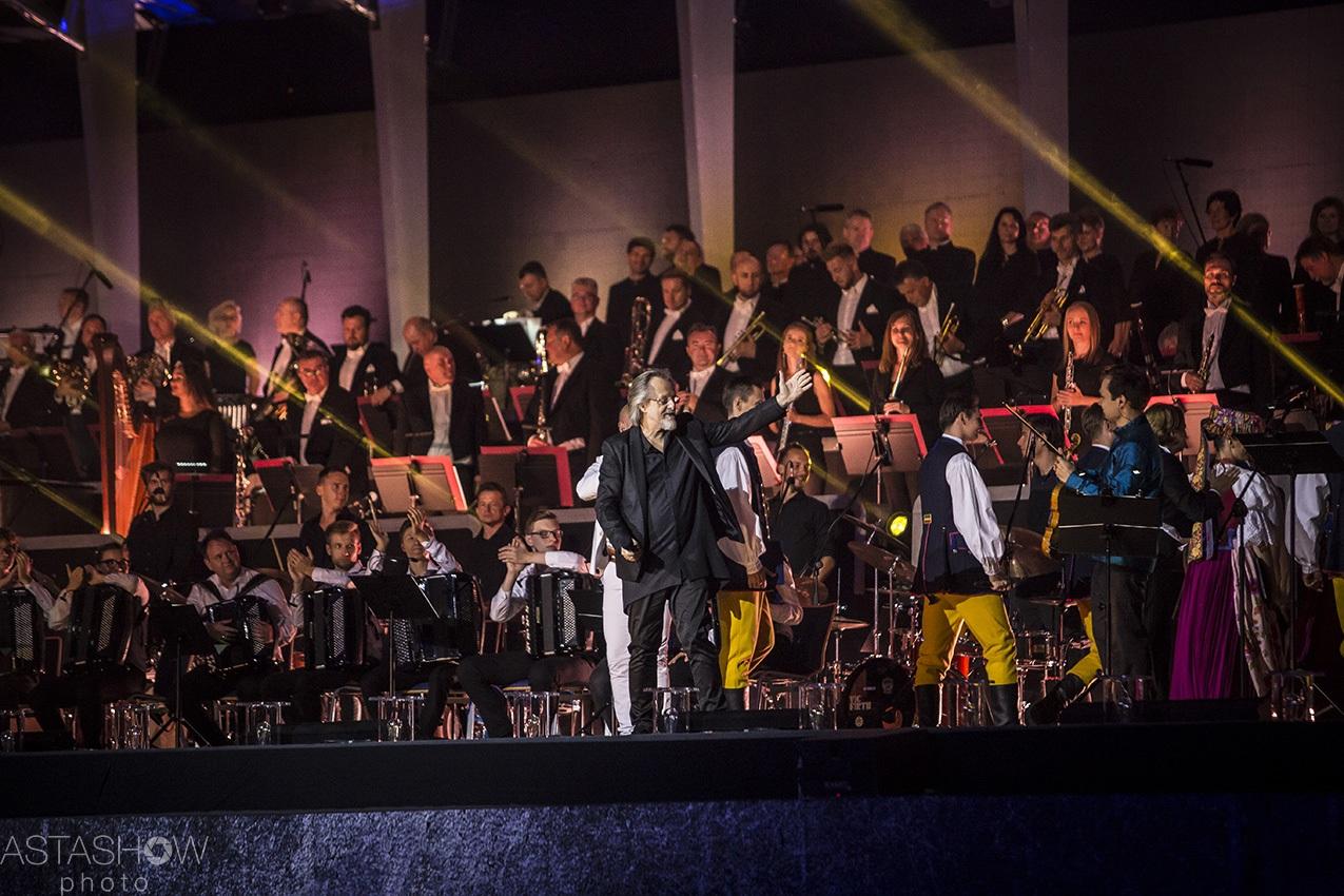 Muzycy na estradzie wraz z Janem A.P. Kaczmarkiem