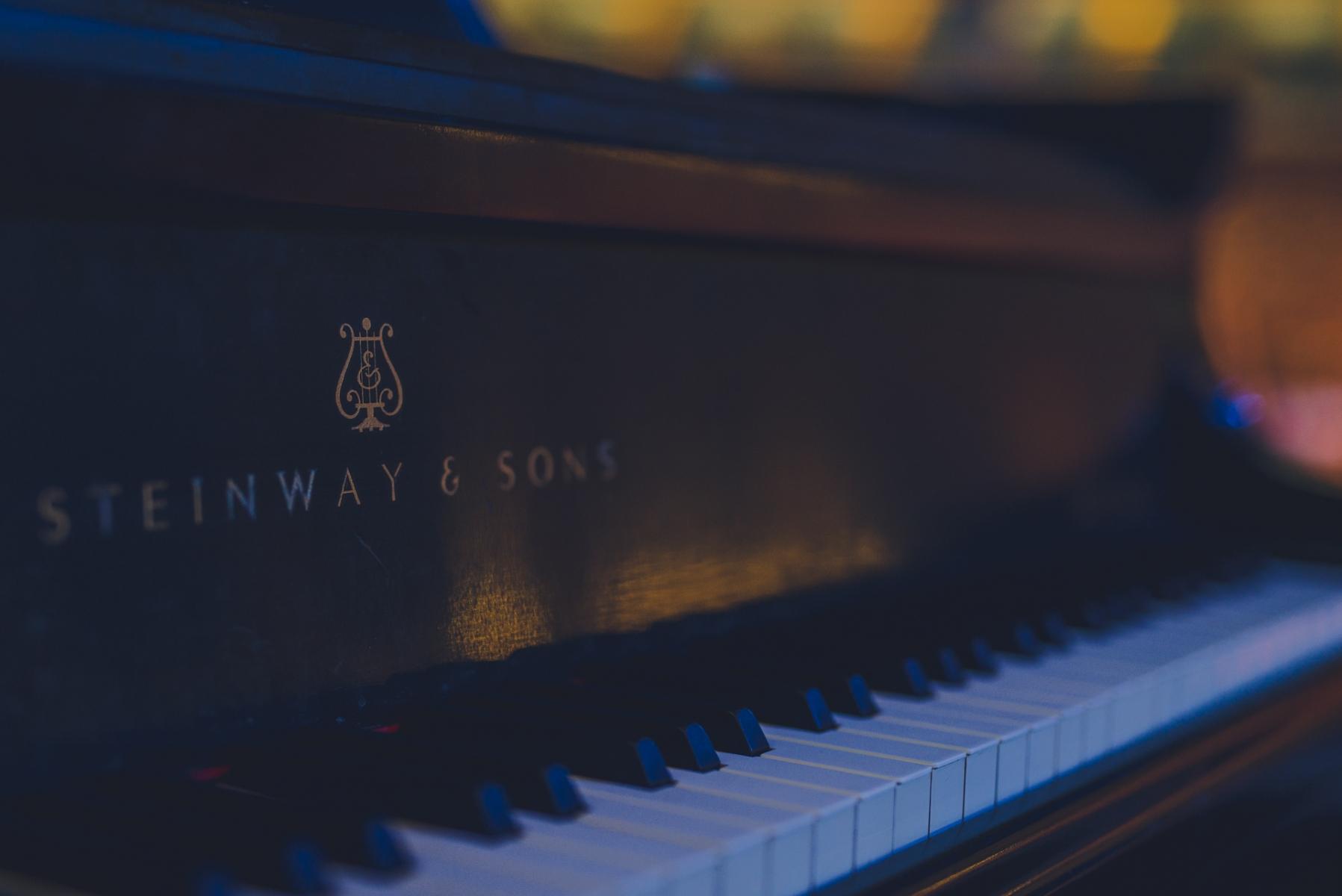 Zbliżenie na klawiaturę fortepianu