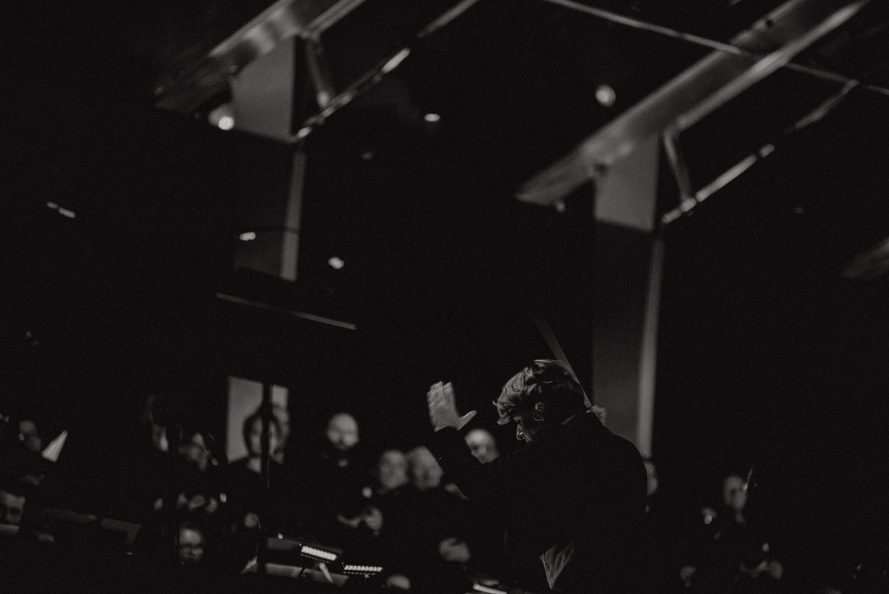 Czarno-białe zdjęcie. Muzycy na scenie
