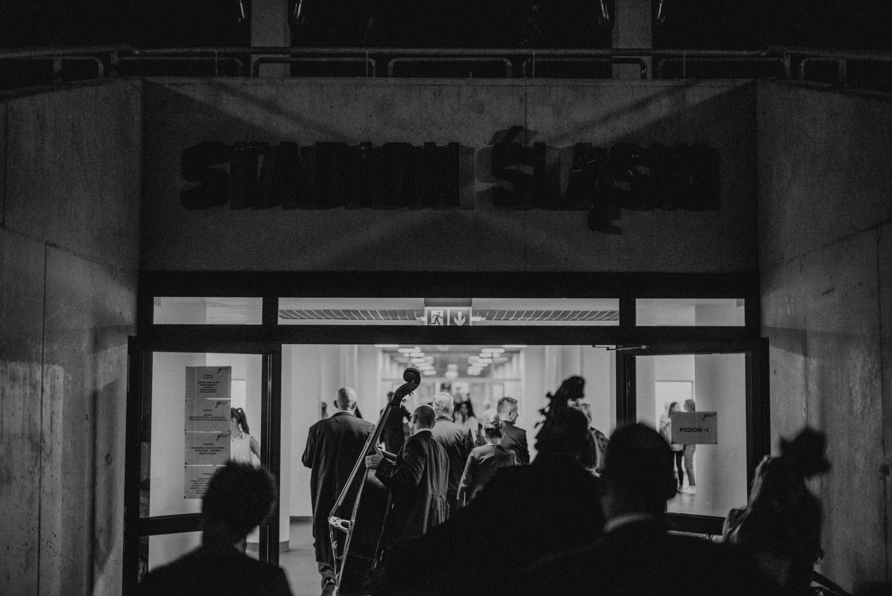Czarno-białe zdjęcie. Wejście na Stadion Śląski.