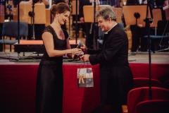 Koncertmistrzyni Anna Podulka składa podziękowania Mirosławowi Jackowi Błaszczykowi